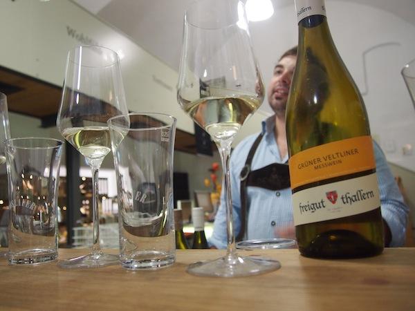 ... und lassen uns von Wein-Spezialist & Hauskenner Johannes durch die Verkostung der autochthonen Rebsorten Rotgipfler & Zierfandler führen.