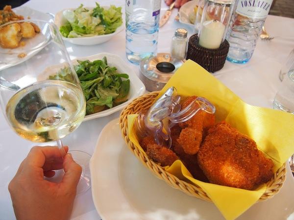 Prost Mahlzeit, ihr Lieben! Beim Mittagessen koste ich das Beste, was die Region zu bieten hat: Freiland-Backhendln mit einem Glas Rotgipfler aus der Thermenregion.