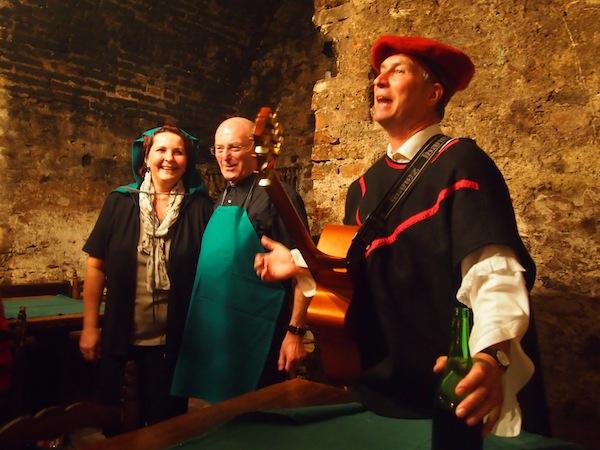 Nachts beim Ritteressen überrascht uns ein Troubadour mit seinem Minnegesang: Echt schräg, und sehr sehr lustig!