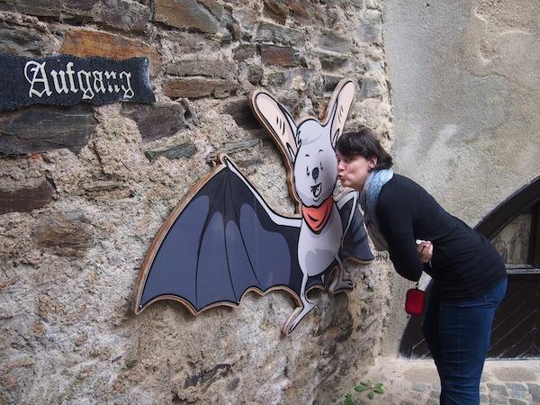 Küss die Fledermaus: Unter Naturschutz stehen die zahlreichen Fledermäuse, welche sich im Gebälk der Burg eingenistet und ein hier ein neues Zuhause gefunden haben. Die Burg beherbergt auch eine eigene, naturkundliche Ausstellung zu den Helden der Nacht.
