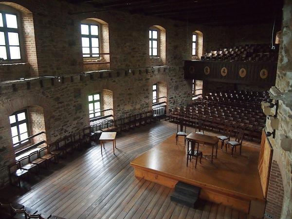 Im großen Festsaal finden laufend Kammermusik-Orchester, Theater-Aufführungen und vielerlei Konzerte sowie Veranstaltungen statt. Ein wunderschöner Rahmen für einen Festakt hier!