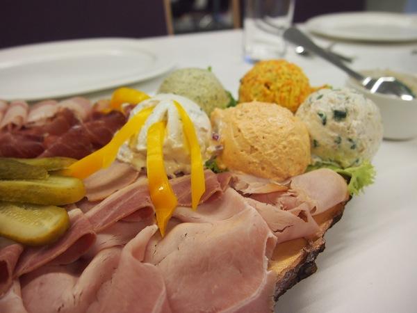 Bei der anschließenden Winzerjause in der Gebietsvinothek Deutschkreutz meinen es die lieben Burgenländer mal wieder zu gut und tischen uns (wirklich) reichlich auf: Regionale Köstlichkeiten als kräftige Brettljause!