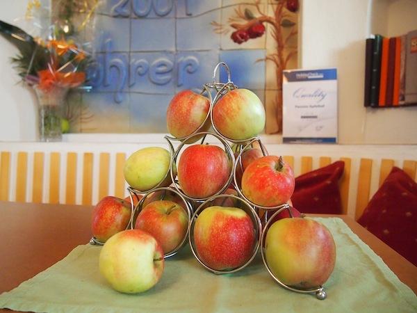 """Am Apfelhof Rohrer im sonnigen Thermenort Lutzmannsburg begrüßen & bezaubern uns die vielen genüsslichen Details im gemütlichen """"Apfelhaus""""."""