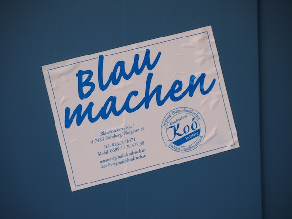 Wenig später machen wir BLAU und besuchen die Blaufärberei - Handwerkskunst der Familie Koo im nahe gelegenen Steinberg-Dörfl.