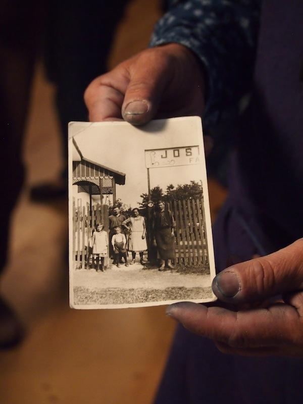 Hier zeigt er uns ein Bild vom Aufbau der heutigen Blaudruck-Werkstatt durch seinen Großvater im Jahr 1920: Geschichte zum Angreifen, wie wir hier begeistert feststellen. Die Stoffe und Drucke sind auch wirklich wunderschön und von außergewöhnlicher Dauer und Qualität.