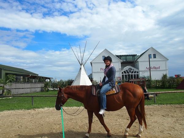 """Hoch zu Ross: """"Beim Galopp einfach mit dem Pferd mitgehen!"""" Macht Spaß, mein Muskelkater bleibt gar aus - ich muss öfter reiten gehen :D"""