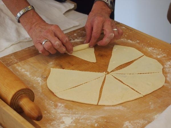 Die Spannung steigt: Der erfahrenen Bäckerin Herta über die Schulter geschaut, lernen wir hier in herzlicher Tradition echte burgenländische Salzstangerl zu backen.
