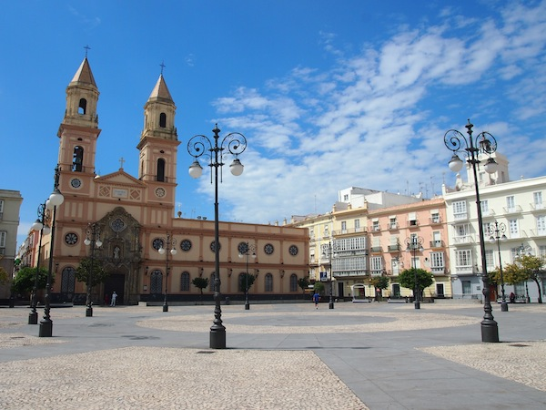 Unterwegs in Cadiz finden sich viele geschichtsträchtige und einladende Plätzchen wie diese ...