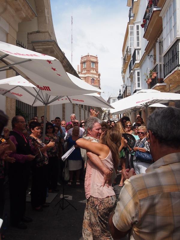 Spontan gefeiert: Wir beobachten dieses Paar beim Tanz auf der Straße, dem die Menschenmenge ringsum kräftig applaudiert: Sonne & Lebensgefühl machen für ein wunderbares Urlaubserlebnis in Cadiz.