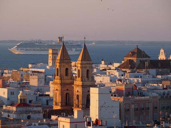Kurz davor genieße ich die Aussicht vom wohl berühmtesten Turm der Stadt, dem Torre Tavira welcher als einer von 129 Türmen das Stadtbild von Cadiz prägt.