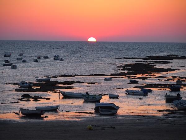 Gestern aufgenommen, heute frisch am Reiseblog: Die Sonne Südspaniens versinkt im Meer von La Caleta, Cadiz ...
