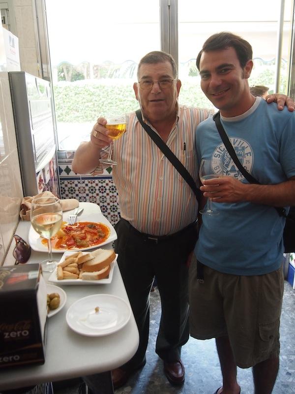 Mahlzeit: Buen provecho y Salud! Auf Tapas-Tour in der Altstadt von Cadiz, die beste Uhrzeit dafür ist zwischen 14.00 und 16.00 Uhr rund um Mittagessenszeit & vor der anschließenden Siesta. ;)