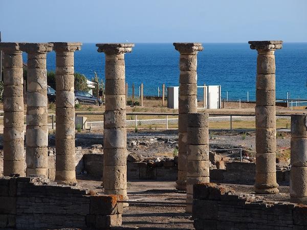 Die Säulen des vormaligen Forum Romanum in der alten Römerstadt Baleo Claudius Strecken sich direkt gen Himmel - und scheinen diesen zu tragen ..