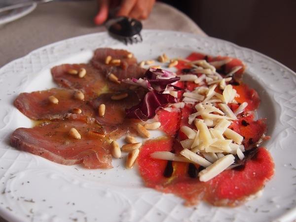 Und schon geht's los mit kulinarischen Leckerbissen: Feinster Thunfisch (!) & Rinder-Carpaccio bilden die Vorspeise ...