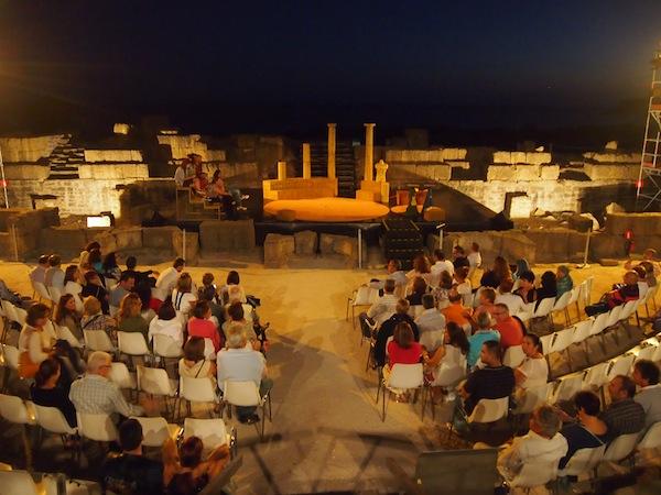 ... und abends genießen wir den Blick auf selbige inmitten der faszinierenden Kulisse des 2.000 Jahre alten, römischen Amphitheaters. Ein Traum!
