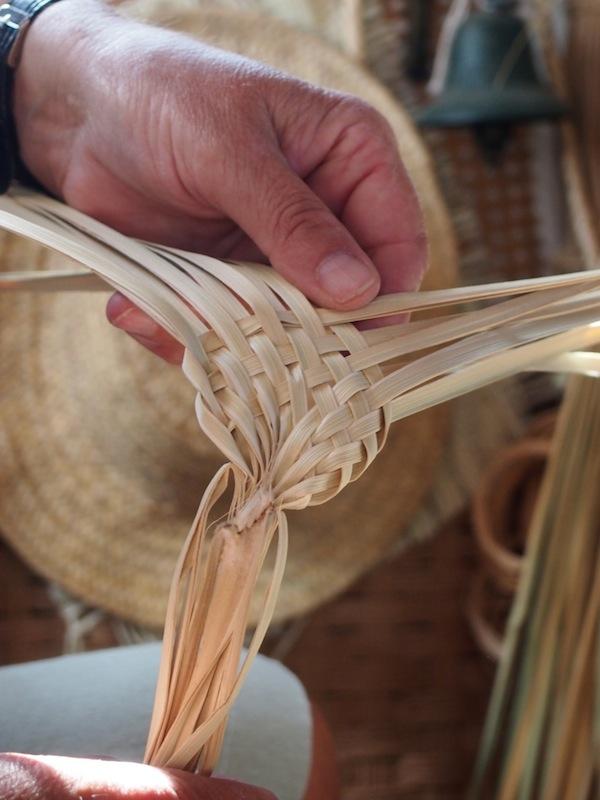 """Los geht's: In der """"Cestería"""" zeigt uns Juaní Marchán, wie sie im Handumdrehen praktische ... Fliegenklatschen herstellt!"""