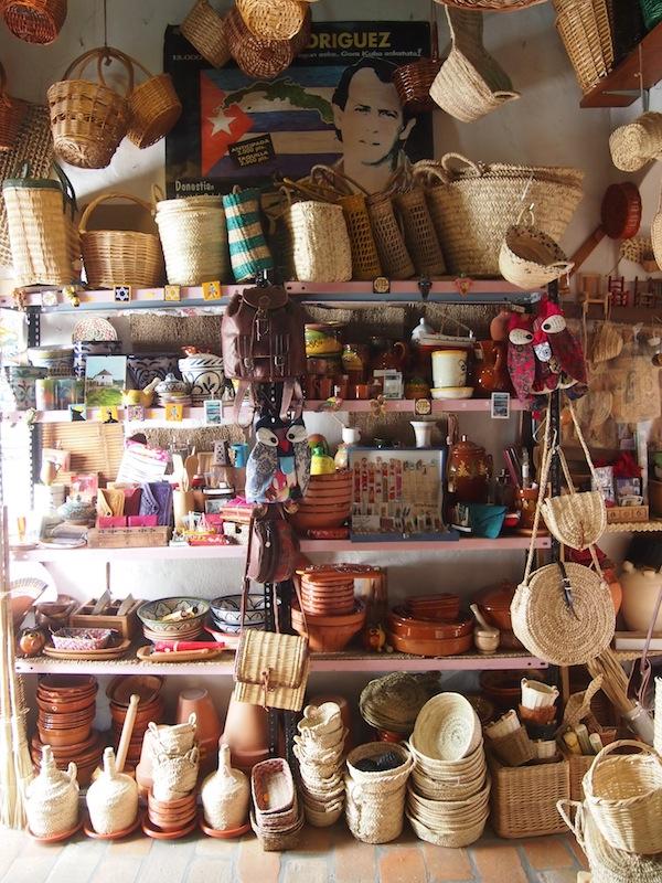 Das kleine Geschäft ist Arbeits- und Verkaufsraum gleichzeitig. Gleich hinter dem Fenster erhebt sich der Blick über die gesamte umliegende Landschaft von Vejer De La Frontera ... Bestimmt inspirierend!