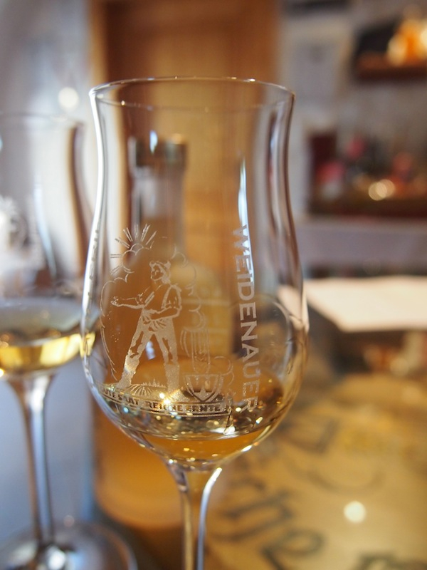 Alles, was ich nicht schon immer über Whisky lernen wollte, kann ich hier nachholen. Zum Beispiel, dass für den reinsortigen Whisky nur beste Zutaten gebrannt werden und guter Whisky wie guter Wein vollendete Geschmacksentfaltung am Gaumen zulässt.