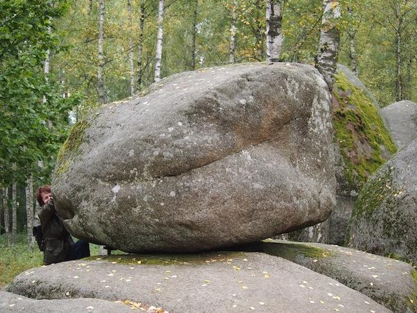 """Hier im Naturpark Blockheide Gmünd rütteln wir zum Kräftemessen an den Steinriesen der Vergangenheit, genannt """"Wackelsteine"""": Riesige Granitblöcke, die aus dem Erdreich """"herausgewittert"""" sind. Faszinierend!"""