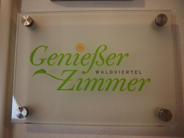 In Niederösterreich auf diese Tafel achten: Wegweiser zu besonders schönen Unterkünften bieten die Genießerzimmer Niederösterreich.