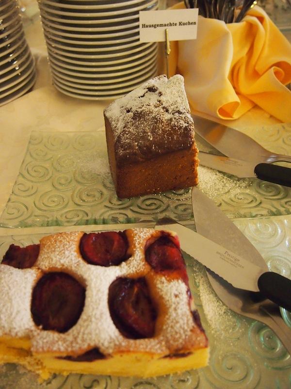 Und zum Frühstück dann noch hausgemachter Zwetschenkuchen: Einfach zum Anbeißen. Für Diäten blieb da keine Zeit - gut, dass wir neben Schlafen & Essen auch noch Wandern waren. :D