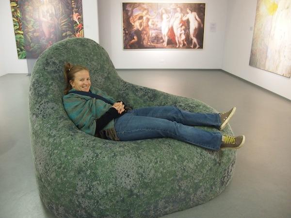 """Hier lasse ich mich zuallererst einmal fallen .. In die weichen, bequemen """"Granit-Hocker"""" des Ausstellungsbereiches."""