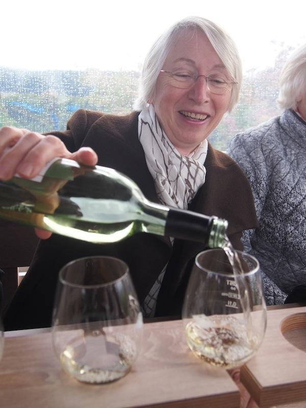 """Schenk' noch mal ein: Bei der """"fahrenden Weinprobe"""", dem """"rollenden Trollinger""""! wird besonders gerne nachgeschenkt."""