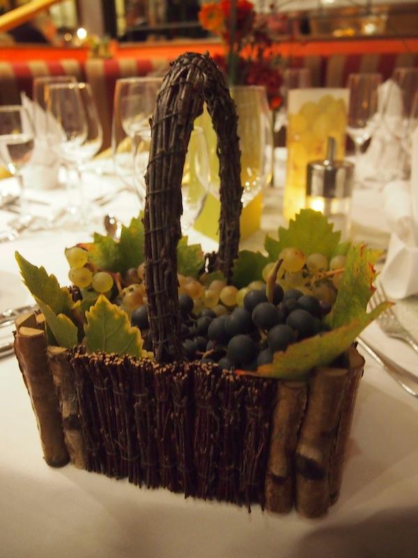 Am Tisch kann Claudia Steinbrenner als WeinErlebnisFührerin bereits mit der ersten Überraschung aufwarten: In diesem köstlichen Verkostungskörbchen finden sich alle Weintrauben, deren Weine wir im Laufe des Abends kosten werden.