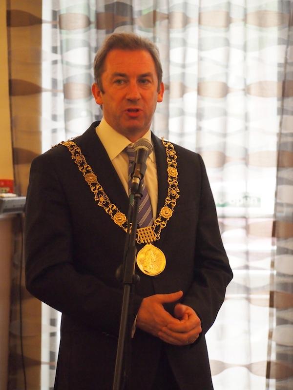 Hier begrüßt uns gar der Bürgermeister von Dublin höchstpersönlich - bevor er gleich im Anschluss eine wichtige Reise nach Südafrika antritt ... Alle unterwegs, eine Tatsachen die uns allesamt miteinander verbindet.