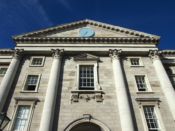 Die älteste Universität Irlands und eine der prestigevollsten in Europa, das Trinity College, an einem strahlenden Herbsttag im Oktober.