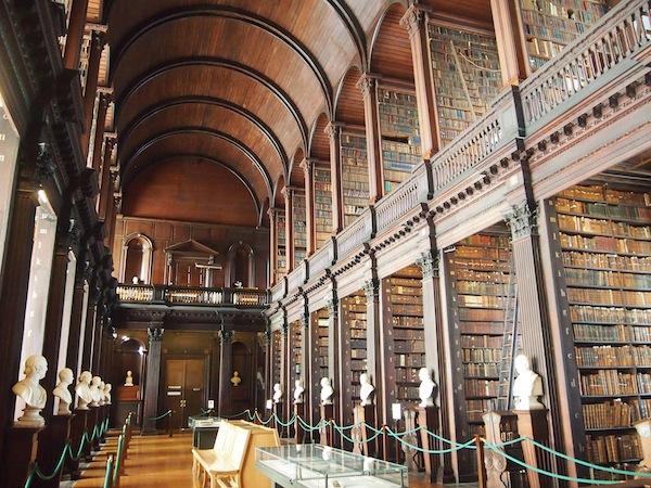 Gleich hinter dieser großen Bibliothek lagert das berühmte Book of Kells, eines der ältesten Bücher der Geschichte .. Viele der Werke hier sind sehr, sehr alt und zudem nach Größe (nicht nach Thema!) geordnet - nur speziell geschulten Mitarbeitern ist das Wissen um die Bücher zuteil.