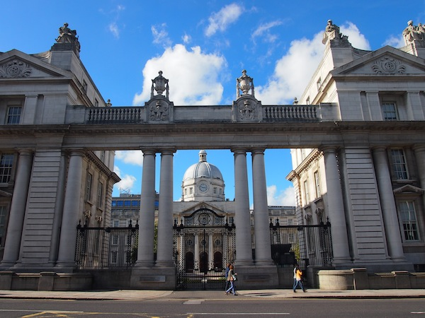 Unweit des Trinity College entdecken wir bei der Fahrt mit dem Stadtbus den Blick auf dieses wunderschöne Gebäude Dublins: Die National Gallery.