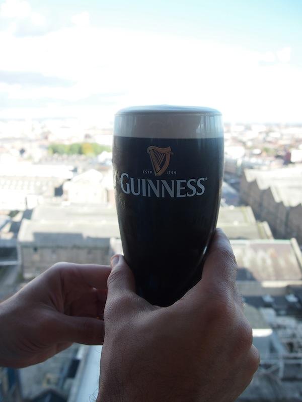 Am Ende des Besucher-Rundganges gibt es gar ein Pint Guinness ( = 0,66 Liter!) in der 360° Bar mit Blick auf die gesamte Stadt Dublin sowie weit darüber hinaus.