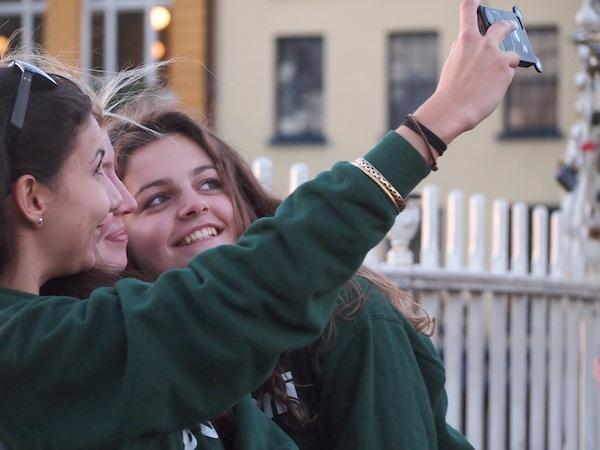 In Partylaune sind auch schon die ganz jungen Iren: Teenage Girls in Schuluniform genießen den Abendspaziergang über eine der vielen Brücken nahe Temple Bar, im Herzen von Dublin.