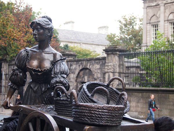 """Kennt Ihr diese """"junge Dame""""? Molly Malone ist Teil der irischen Nationalkultur und ein beliebtes Fotomotiv inmitten der Innenstadt Dublins ..."""