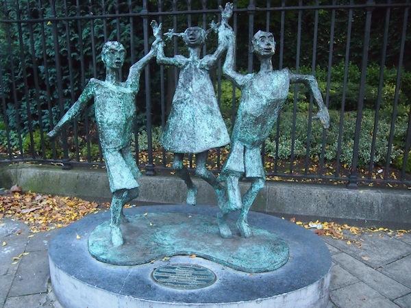 """... Irgendwie sind sie immer in Feierlaune, die Iren. Hier eine lustige Statue verschiedener """"Leprechauns"""", irischer Trolle & Märchenwesen denen in Dublin selbst ein Nationalmuseum gewidmet ist!"""