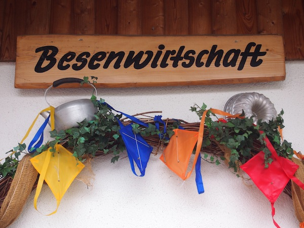 """Mittags-Einkehr bedeutet Rast in einem typischen Württemberger """"Besen"""", vergleichbar mit den Heurigen-Weinlokalen in meiner Heimatregion Niederösterreich. Hier bekommt man jede Menge regionaler Köstlichkeiten ..."""