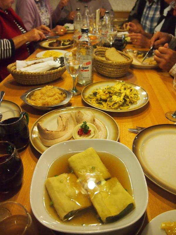 ... wie beispielsweise diese hier aufgetischt: Maultaschen, Kesselfleisch, Krautsalat und vieles mehr!