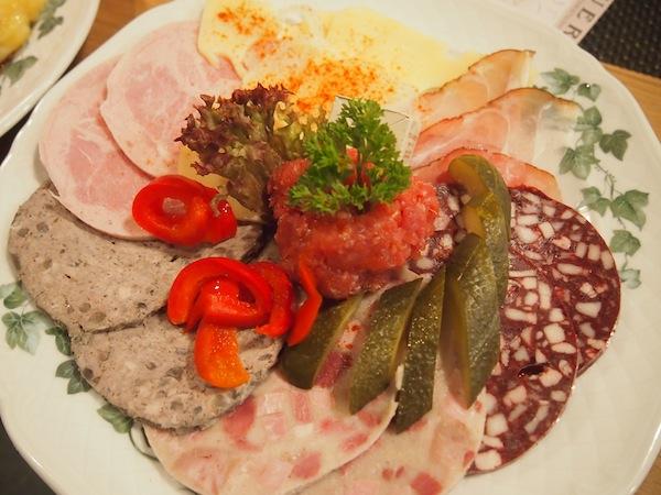 Mahlzeit: Die typischen Speisen erinnern an die österreichische Heurigenkultur - vielleicht ein weiteres, gutes Zeichen warum ich mich hier so wohl fühle!