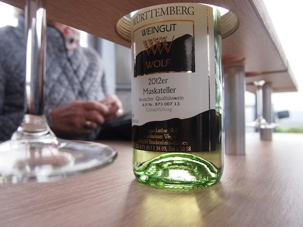 Vollmundig, diese Weine hier in Baden-Württemberg: Start der Weinprobe mit einem Muskateller-Wein aus der Region im Rahmen der Fahrenden Weinprobe durch die Weingärten. Super!