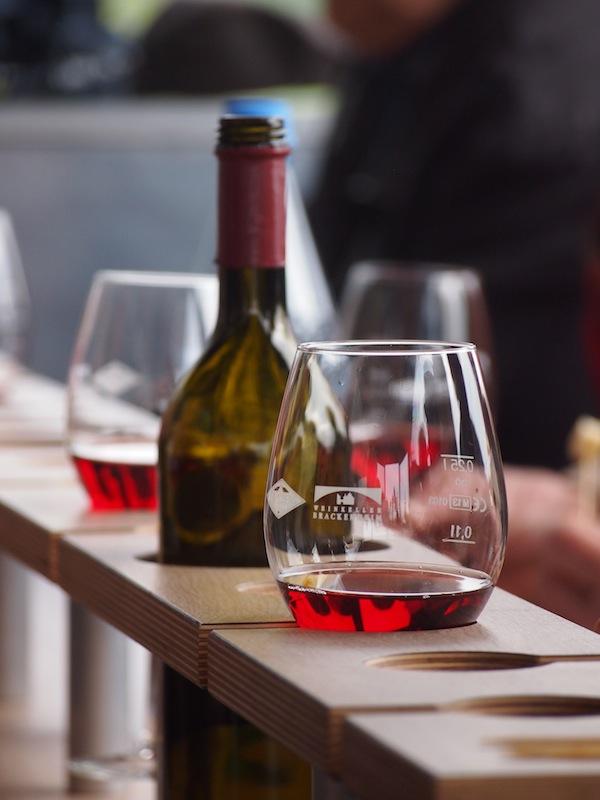 Inmitten des Anhängers schafft die Verkostungs-Bar ein raffiniertes System, um während der Fahrt durch die Weingärten auch ja nichts zu verschütten.