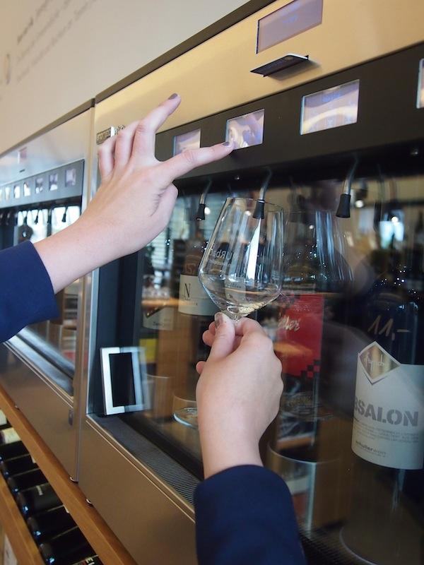 Schenk' ein: Ursula bedient sich an der modernsten Wein-Verkostungsanlage im Burgenland in exakt der Menge, die sie für die Verkostung des Rotweines wünscht.