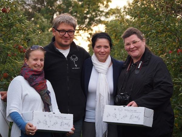 """Zusammen mit Albert helfen Ursula und Monika (von links nach rechts) gemeinsam mit mir bei der Ernte. Diese frischen Äpfel sind einfach die Besten - noch viele Tage & Wochen später bedienen wir uns aus """"unseren Kisterln""""!"""