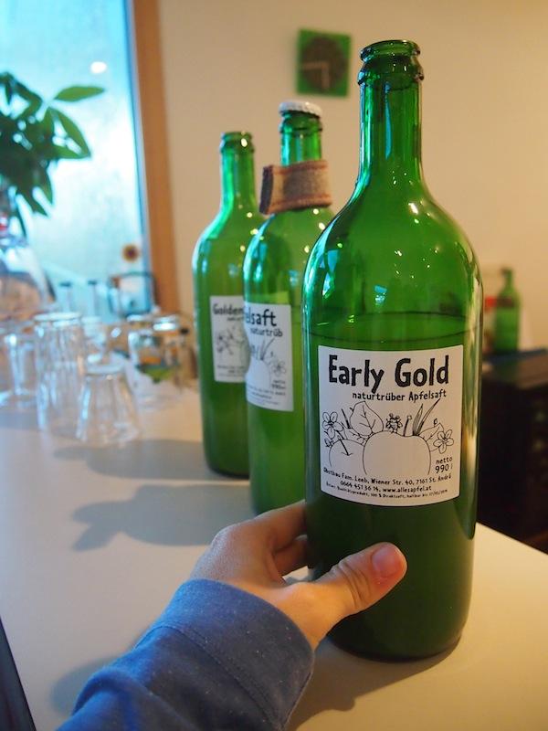 """Bei der Familie Leeb geht alles """"noch im Handumdrehen"""": Hier schenken wir direkt aus der Apfelsaft-Flasche ein - und nehmen selbige gleich mit, weil's so gut schmeckt. Ein (Reise)Traum, die frische Erntezeit im Burgenland ... !"""