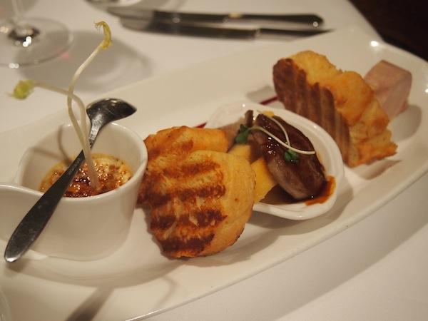 Zarte Gänseleber-Variationen grüßen uns zur Vorspeise .. die Qualität der Speisen ist vom Feinsten.