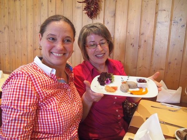 Ilona & Rosi (von links nach rechts) beim Präsentieren & Verkosten der Vorspeise ... Gänseleber-Parfait mit Quittengelee. Mmmh!