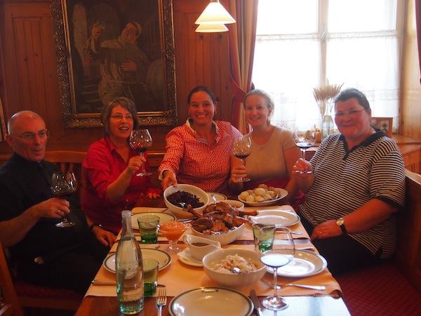 Gruß aus der Küche: Die Damen (und Herren) beim traditionellen, selbst zubereiteten Gans Burgenland-Festtagsmenü. Hier möchten wir öfter wiederkommen!