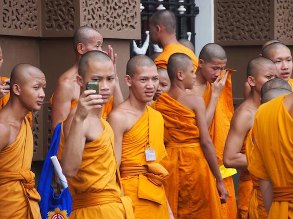 Bitte lächeln: Freundliche Mönche in der Stadt Bangkok, Thailand sind mein Favorit in der Kategorie Gelb.