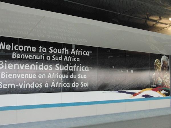 Willkommen in Südafrika: Die Ankunft am Flughafen voller Stolz auf Landesvater Nelson Mandela.