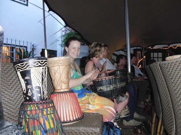 Ganz schön relaxed & kreativ: Bei meinem letzten Besuch in Kapstadt, Südafrika, besuche ich gemeinsam mit Antonia das Gold Restaurant, welches seine Gäste zum Mitmachen - Tanzen wie Trommeln - einlädt.